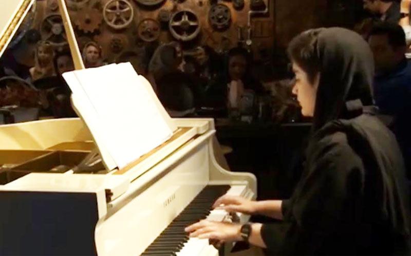 نیکا نوری هنرجوی پیانو در آکادمی داریوش نخشبی